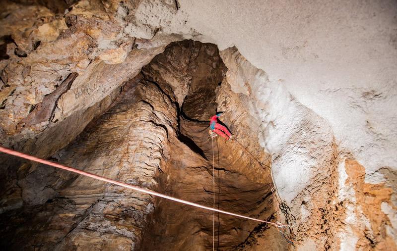 Ispezione speleologica di un condotto carsico